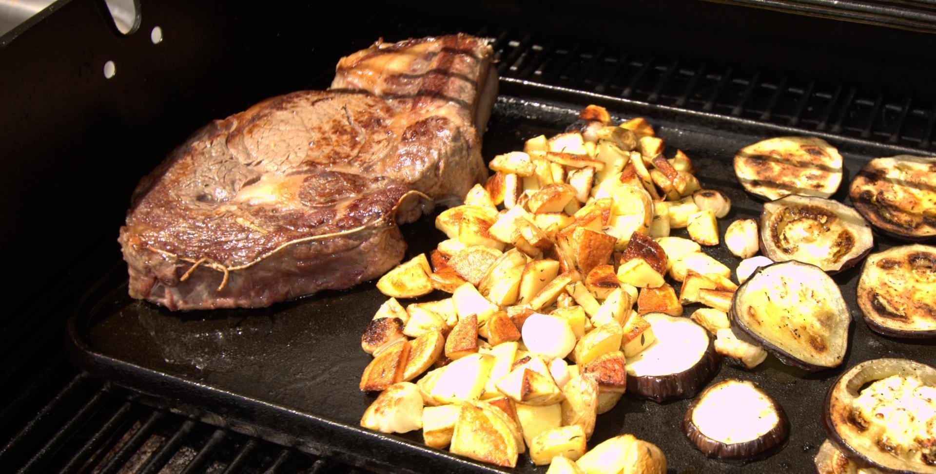 Côte de bœuf, pommes sautées et aubergine grillée